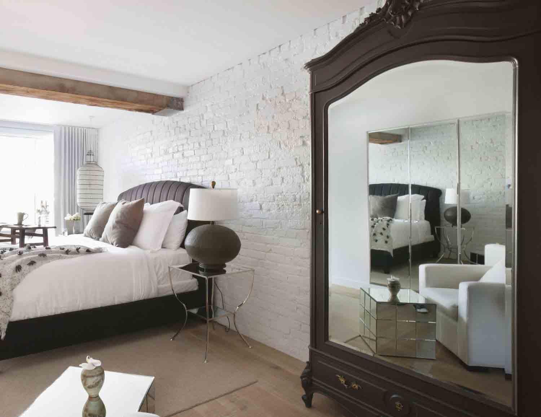 Sử dụng gương giúp phòng ngủ rộng hơn